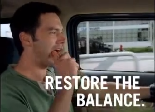 """O protagonista do comercial, mantendo o """"equilíbrio restaurado"""", ao comer cenoura em seu recém-comprado Hummer."""