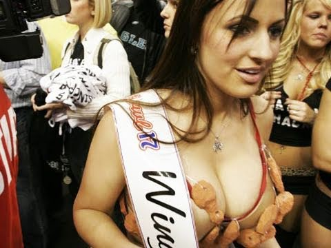 "Uma  ""wingette"" do Wing Bowl, adornada com asas."
